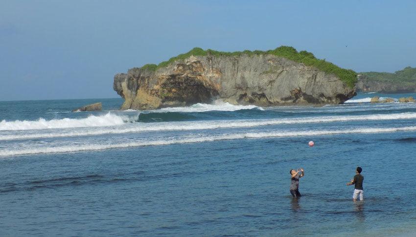 Bermain di Pantai Sundak