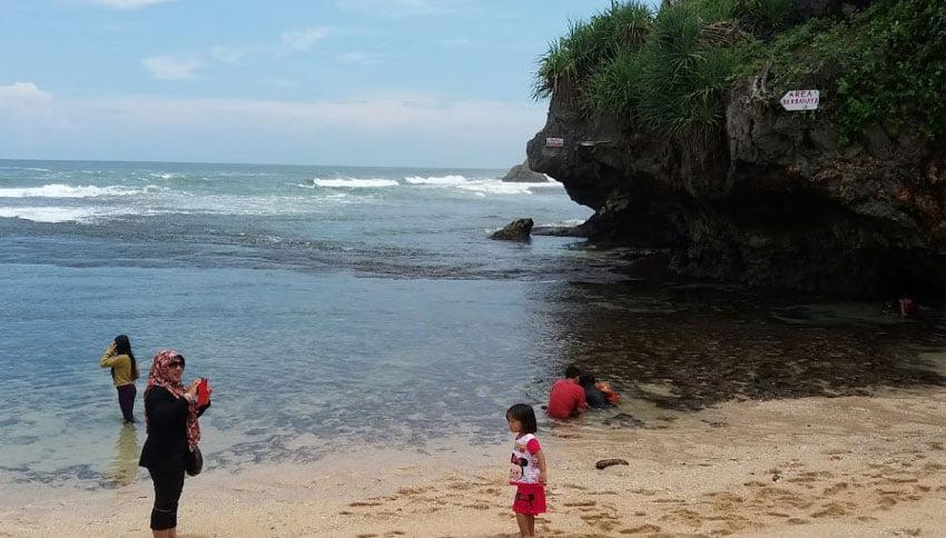 Foto Wisatawan Pantai Sundak