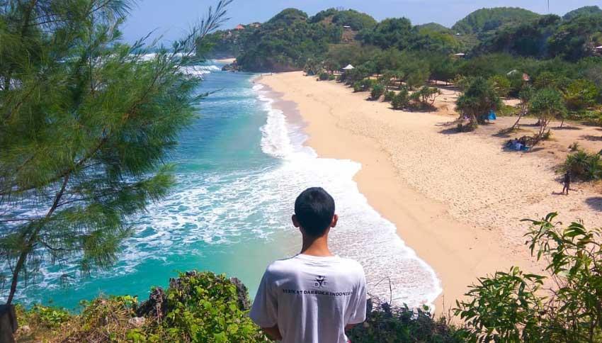 Pemandangan Pantai dari Bukit