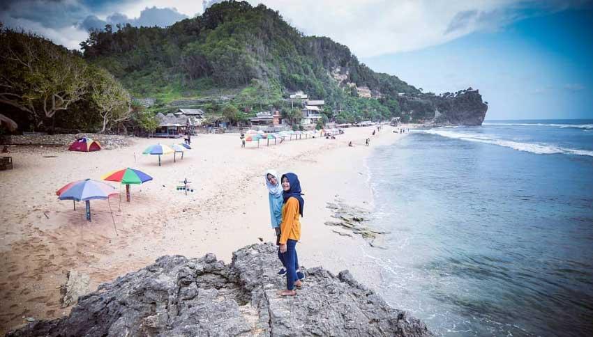 Wisatawan Pantai Pok Tunggal