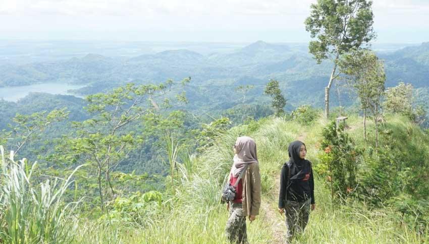 Wisatawan Tebing Gunung Gajah