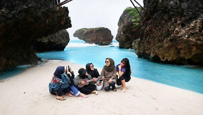 Wisatawan di Pantai Krakal
